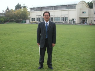 和泉小学校の校庭にて